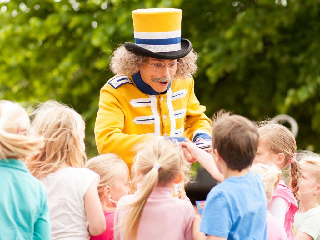 Ontmoet meneer Kaasschaaf in het Kinderpretpark Julianatoren.