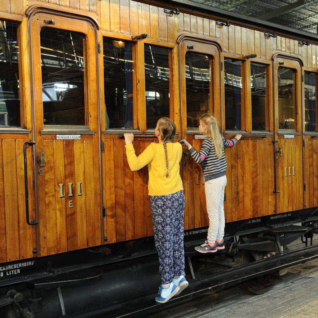 Een indrukwekkende verzameling treinen in het Spoorwegmuseum.