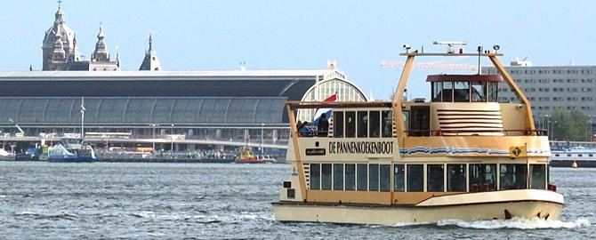 De pannenkoeken boot op het IJ.