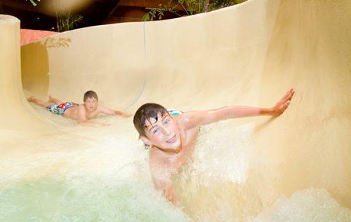 Heerlijk glijden op de glijbaan in zwemparadijs De Scheg.