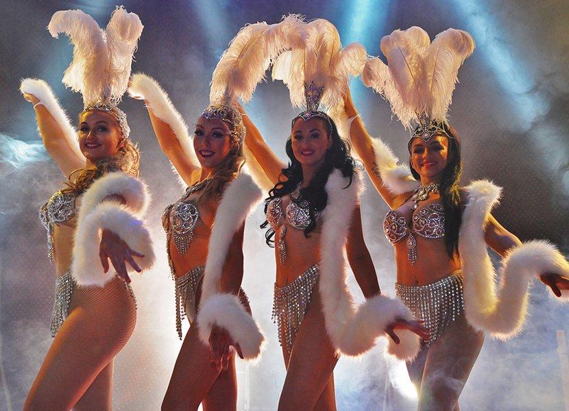 Show Girls zullen dansen tijdens het wintercircus Utrecht