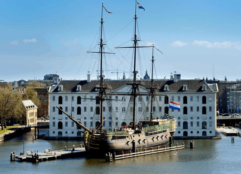 Het VOC schip Amsterdam voor het Scheepvaartmuseum Amsterdam