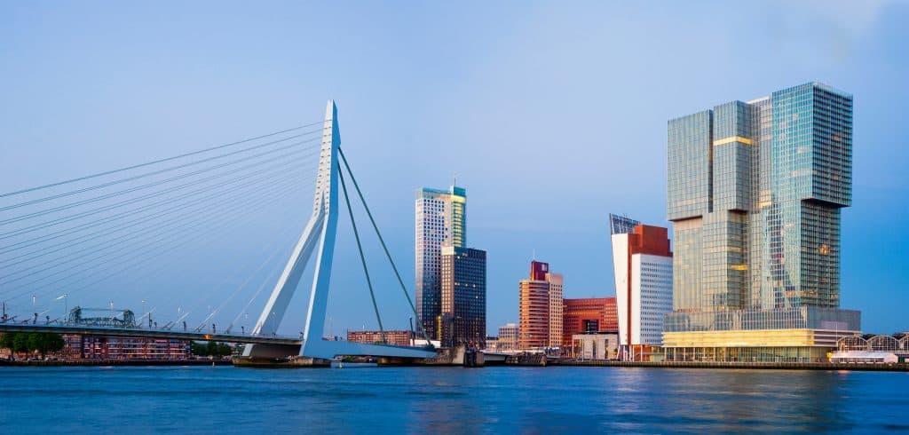 De Erasmusbrug die je kunt zoen tijdens een rondvaart haven Rotterdam