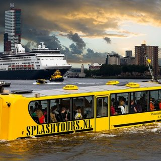 Splashbus Rotterdam vaart door de haven.